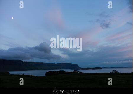 Vue panoramique de la scène du ciel rose et bleu pastel et de la lune sur le Loch Na Keal au coucher du soleil sur Banque D'Images