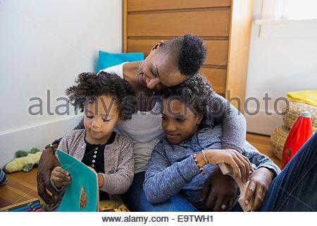 Mère et enfants histoire lecture dans la chambre Banque D'Images