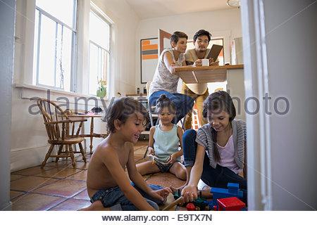 Les enfants jouant sur la cuisine Banque D'Images
