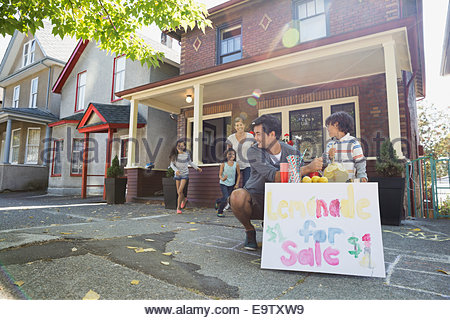 Famille à la limonade stand sur trottoir à l'extérieur chambre Banque D'Images