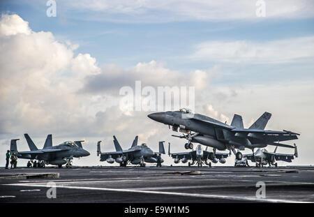 Un U.S. Navy F/A-18E Super Hornet affectés à l'Escadron d'avions de combat interarmées (VFA) 195 se prépare à faire un atterrissage sur arrêtés