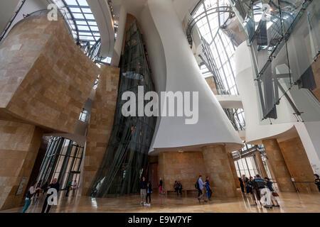 Les visiteurs à l'intérieur du Musée Guggenheim Bilbao conçu par l'architecte Frank Gehry, canado-américaines Banque D'Images