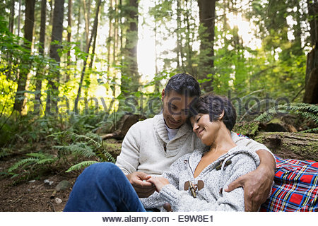 Romantic couple hugging in woods Banque D'Images