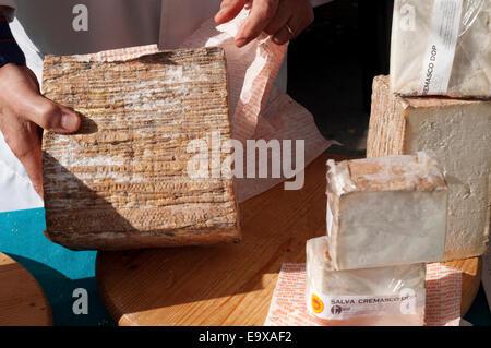 L'Italie, Lombardie, Crema, Salva Cremasco fromage typique TDC pour la vente au stand. Banque D'Images
