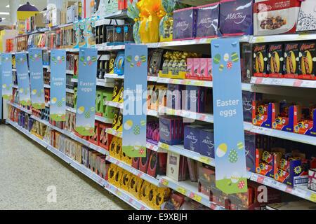 Vue intérieure chocolat oeufs de Pâques en solde sur les étagères à l'intérieur Magasin de supermarché Tesco à l'est de Londres Angleterre Royaume-Uni