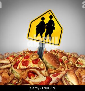 Le régime alimentaire des enfants et des problèmes de l'obésité à l'école crise concept comme un tas de fast food Banque D'Images