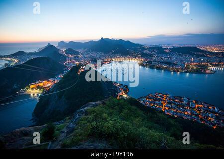 Vue depuis le mont Sugarloaf ou Pão de Açúcar au coucher du soleil, Rio de Janeiro, Brésil Banque D'Images