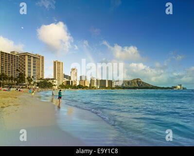 Arc-en-ciel sur la plage de Waikiki, Honolulu, Oahu, Hawaii, United States Banque D'Images