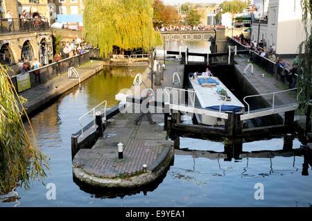 Londres, Angleterre, Royaume-Uni. Barge dans Camden Lock Banque D'Images