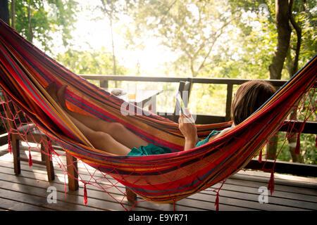 Une femme se détendre dans un hamac. Montezuma, Costa Rica Banque D'Images