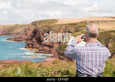 Man taking photograph, Chemin de la côte près de Marloes, Pembrokeshire Coast National Park, Pays de Galles, Royaume Banque D'Images