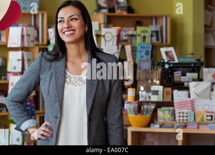Portrait of female sales assistant dans la papeterie shop Banque D'Images