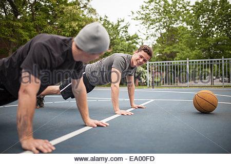 Les jeunes hommes faire poussez se lève sur un terrain de basket-ball Banque D'Images