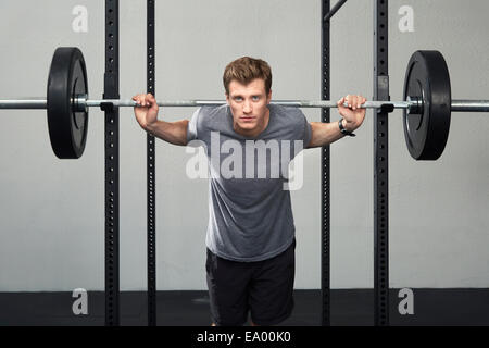 Portrait of mid adult male barbell levage haltérophile in gym Banque D'Images
