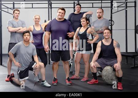 Portrait de huit personnes dans une salle de sport Banque D'Images