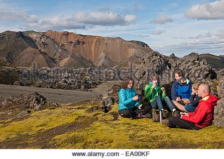 Family having lunch à Landmannalaugar, Fjallabak, Islande Banque D'Images