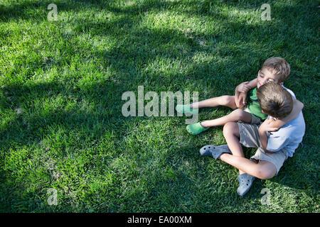 Portrait de deux frères avec les bras autour de l'autre dans le jardin Banque D'Images