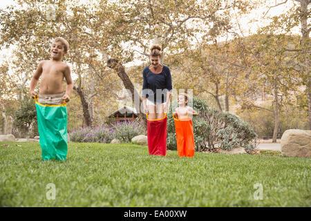 La mère et les deux fils étant un sac course, County Park, Los Angeles, Californie, USA Banque D'Images