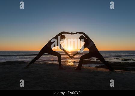 Forme de coeur pose, plage de Windansea, La Jolla, Californie Banque D'Images