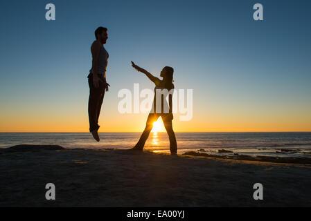 Les gens à poser sur la plage de Windansea, La Jolla, Californie Banque D'Images