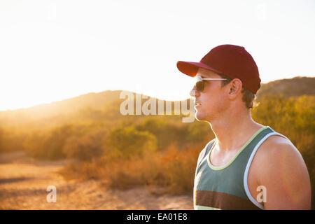 Homme jogger en lunettes de soleil et chapeau de base-ball, Poway, CA, USA Banque D'Images
