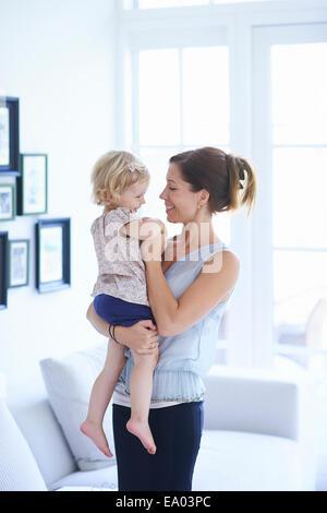 Mid adult woman and toddler fille dans la salle de séjour Banque D'Images