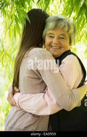 Grand-mère et petite-fille de willow tree Banque D'Images