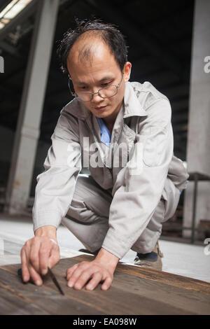 Contrôle de la qualité de chef de la planche en bois en usine, Jiangsu, Chine