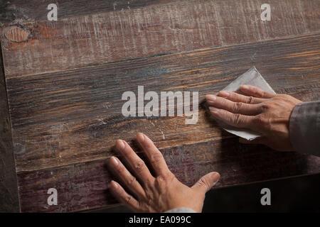 Lissage de surface charpentier la planche en bois avec du papier de verre en usine, Jiangsu, Chine