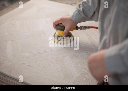 Lissage de surface charpentier la planche en bois en usine, Jiangsu, Chine