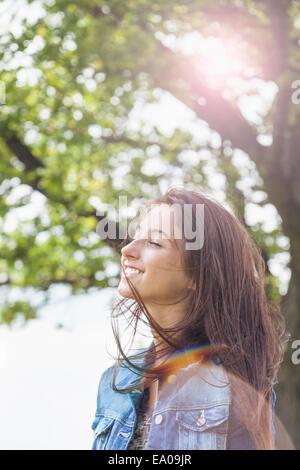 Adolescent appréciant breeze Banque D'Images