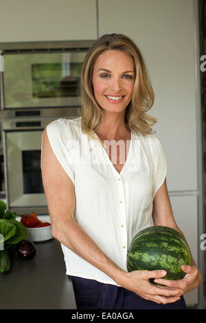 Mature Woman holding watermelon Banque D'Images