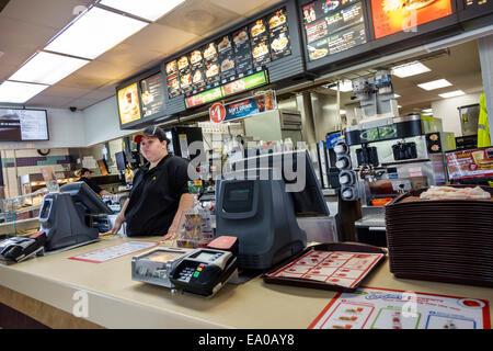 Floride Okeechobee McDonald's restaurant fast food à l'intérieur de contre-employée Banque D'Images