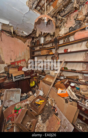 Un cellier à l'abandon dans une maison abandonnée et s'effondrer Banque D'Images