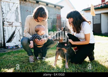 Bébé garçon et chien de jardin Banque D'Images