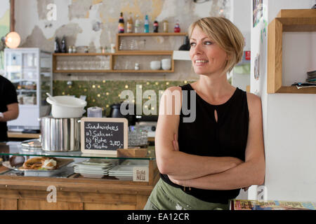 Mid adult woman in cafe Banque D'Images