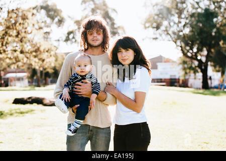 Couple avec bébé en park Banque D'Images