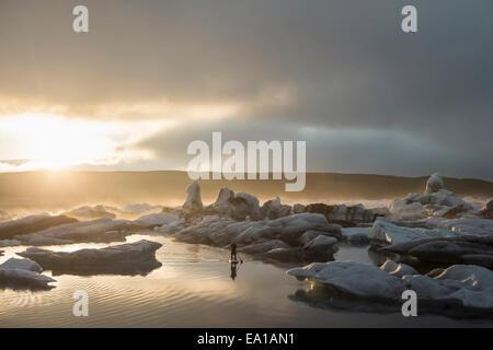 L'homme sur paddleboard Glacier Jökulsárlón, lagune, le parc national de Skaftafell, l'Islande Banque D'Images