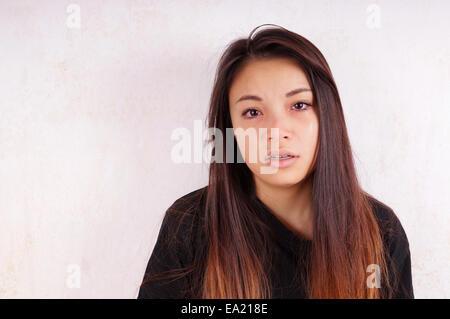 Pleurer young asian woman avec des larmes coulant sur ses joues Banque D'Images