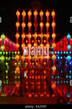 Chiang Mai, Thaïlande. 5e novembre 2014. Le premier jour de la Loy Krathong festival bouddhiste de la lumière a Banque D'Images