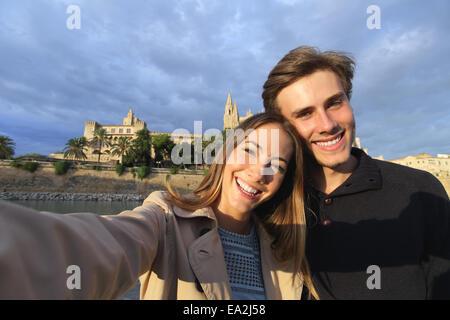 Couple de touristes en vacances en photographiant un avec selfies Palma de Majorque cathédrale en arrière-plan Banque D'Images