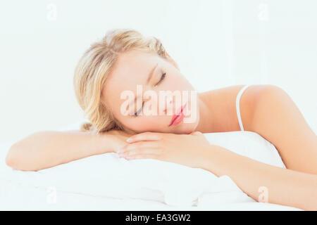 Jeune blonde Pacifiques dormir sur son lit Banque D'Images