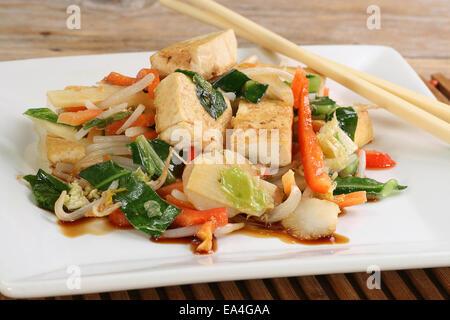 Des plats végétariens et de tofu sauté aux légumes mixtes Banque D'Images