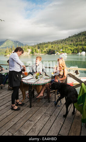 Un couple dans la trentaine bénéficie d''un dîner au restaurant Saltry Flétan Cove, baie Kachemak, Southcentral Banque D'Images