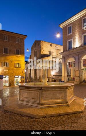 Piazza della Repubblica, au crépuscule, Urbino (Site du patrimoine mondial de l'UNESCO), le Marches, Italie Banque D'Images