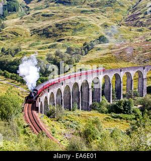 Train à vapeur Jacobite traversant le viaduc de Glenfinnan, Highlands, Écosse, Royaume-Uni Banque D'Images