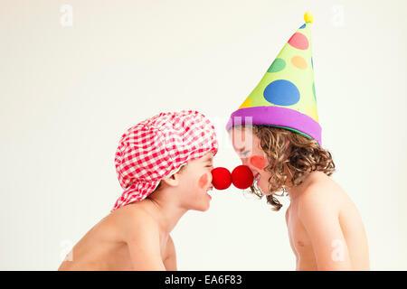 Garçon et fille habillés en costumes de clown messing sur Banque D'Images