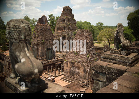 Une vue du haut de l'un des nombreux temples dans le complexe du temple d'Angkor Wat, Siem Reap, Cambodge Banque D'Images