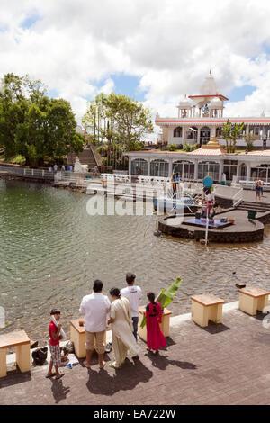 Les fidèles hindous au temple hindou, grand bassin, ( aka Ganga Talao ou ganges water ), l'ile Maurice Banque D'Images