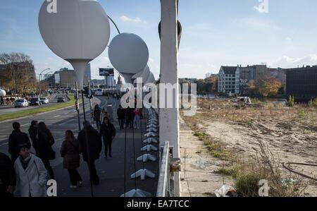 Berlin, Allemagne. 05Th Nov, 2014. Les visiteurs passent devant le ballon est à la East Side Gallery à Berlin, Allemagne, Banque D'Images